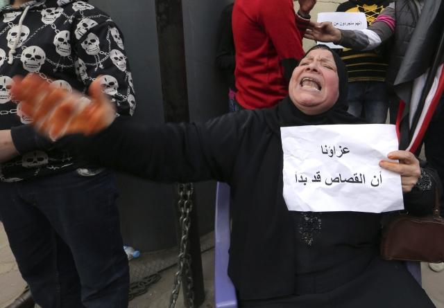 Una mujer llora por el asesinato  de una veintena de coptos egipcios en Libia.