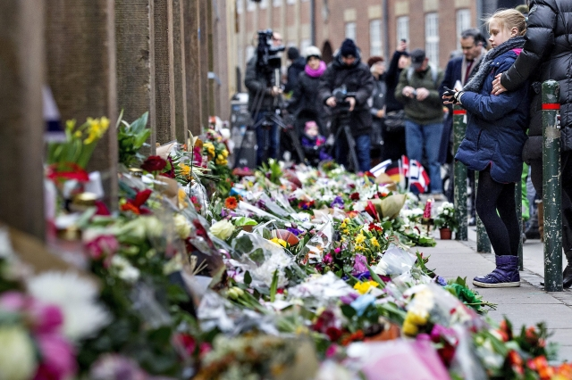 Flores y velas como homenaje a las víctimas de los atentados  en Copenhague.