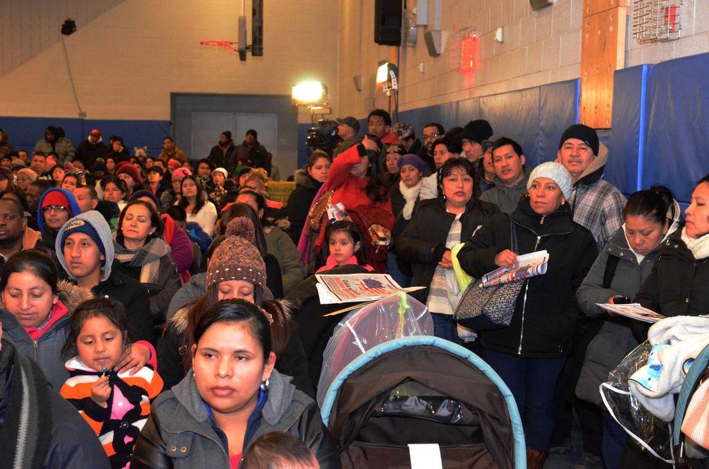 Cientos abarrotan foro sobre alivios migratorios en El Bronx