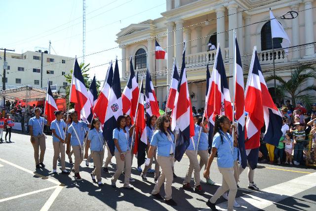 Dominicana honra su bandera con motivo de su independencia