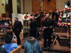 Fanáticos y amigos celebran misa en honor a Ariel Camacho