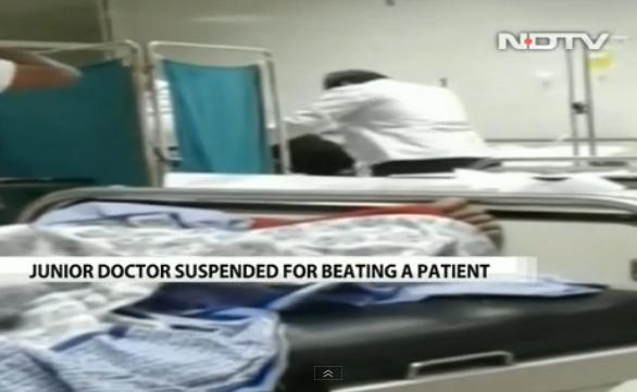 Médico intenta despertar a golpes a paciente inconsciente (video)