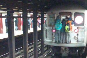 Menores viajan trepados en último vagón de tren en Manhattan