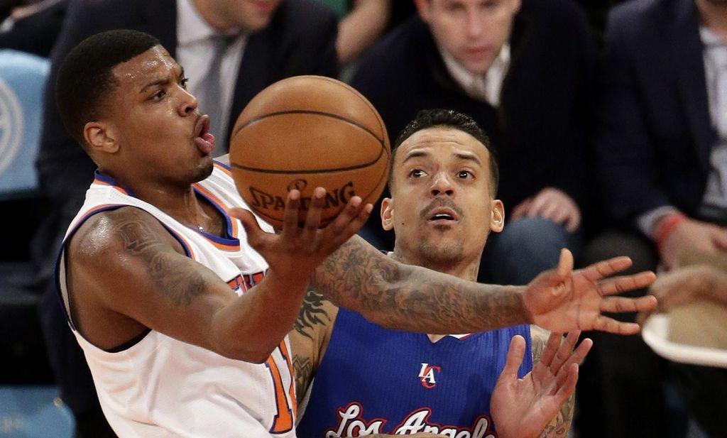 Ricky Ledo de los Knicks intenta convertir ante Matt Barnes de los Clippers.