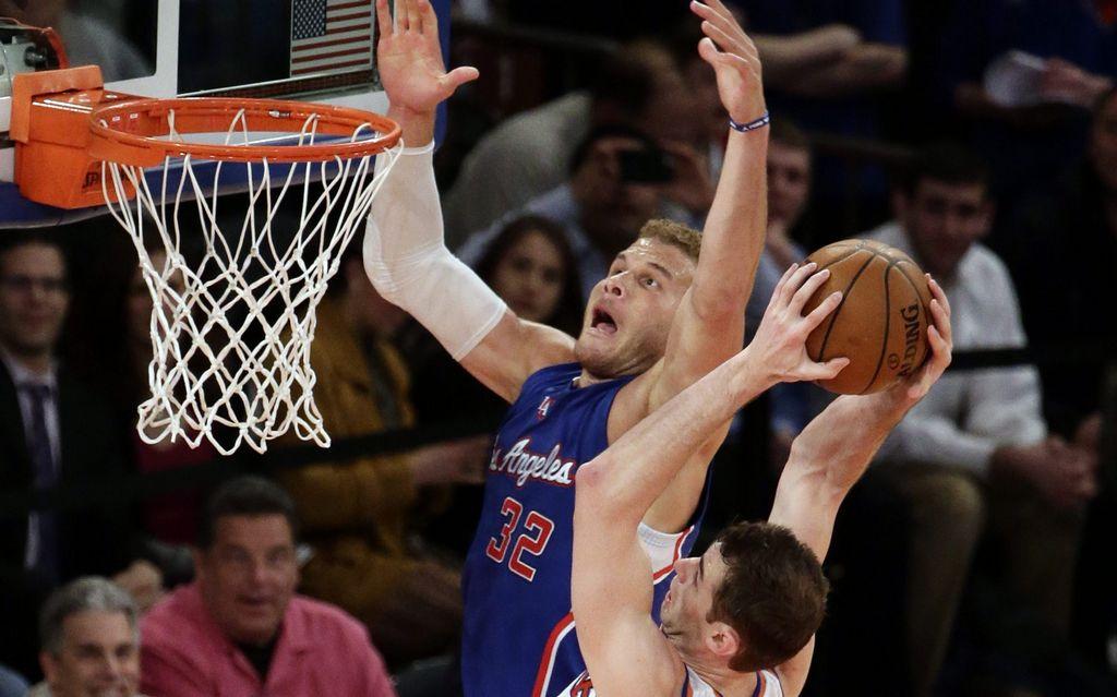 Jason Smith de los Knicks disputa el rebote con Blake Griffin de los Clippers en el Madison Square Garden de Nueva York.