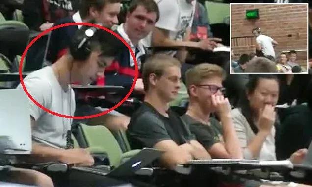 Estudiante veía porno en plena clase, pero olvidó conectar