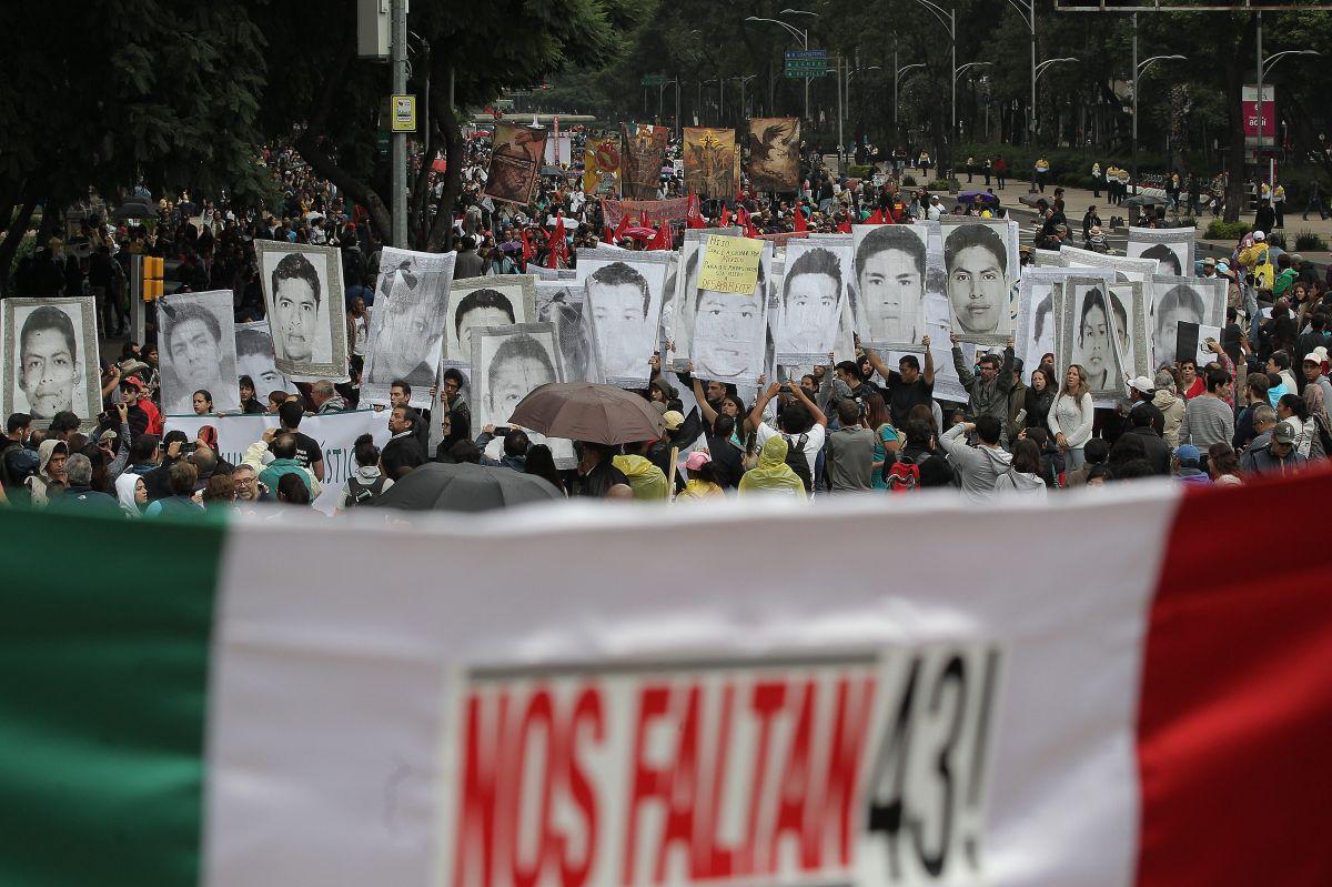 Miles marchan con pancartas en Ciudad de México en el aniversario de la desaparición de 43 estudiantes de la Escuela Normal Rural de Ayotzinapa.