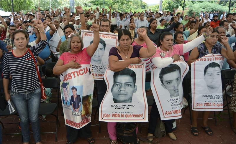 Padres de los 43 de Ayotzinapa llegan a PGR para reunión