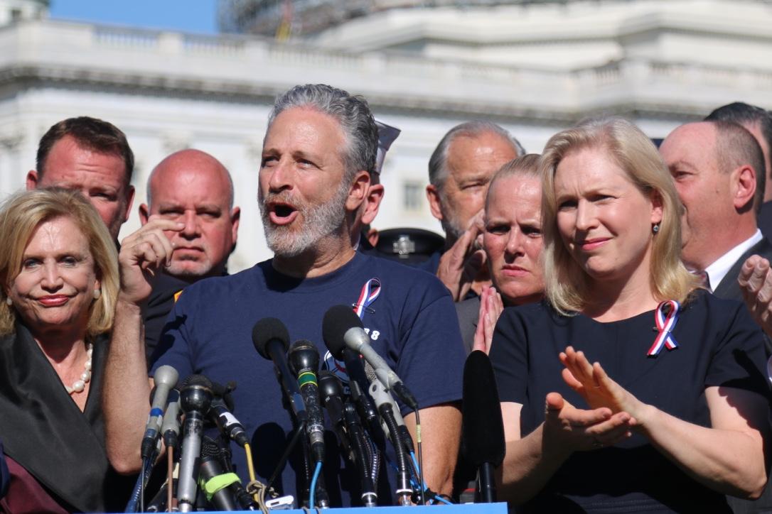 Comediante Jon Stewart presiona al Congreso por extensión de ley para rescatistas del 9/11