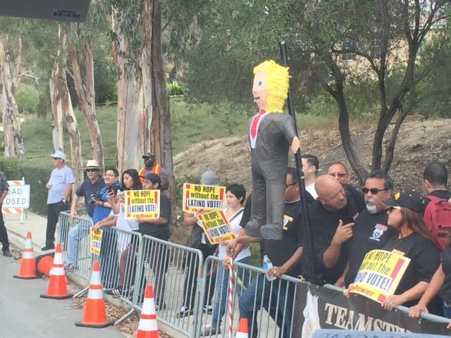 Con protestas a favor de latinos enfrentan a candidatos en Simi Valley