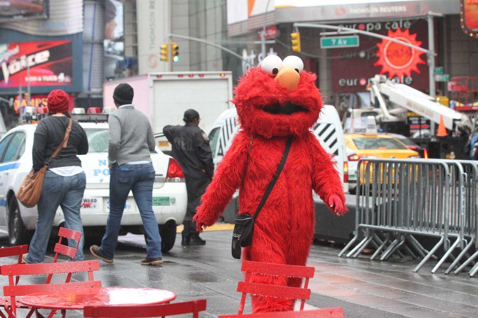 NYPD detiene a hispano disfrazado de Elmo en Times Square por 'toquetear' a una adolescente