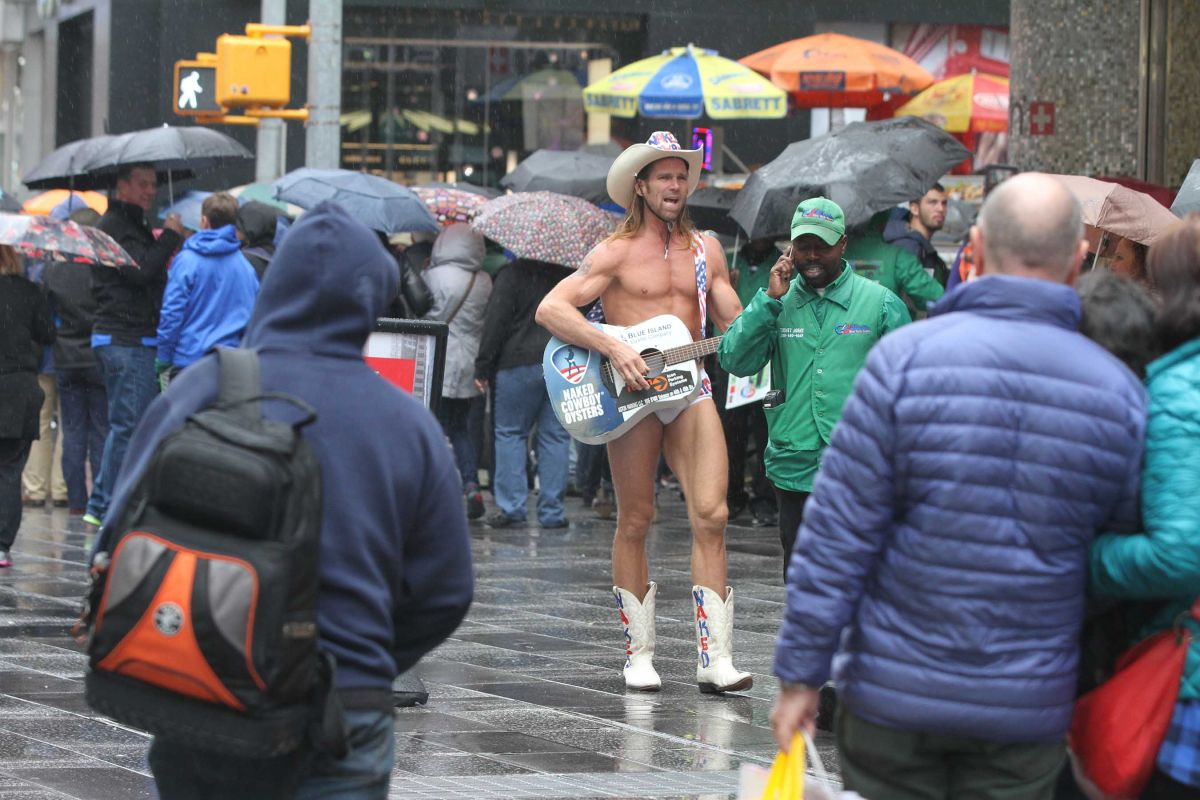 Video: dejaron en cueros al vaquero de Times Square durante euforia electoral