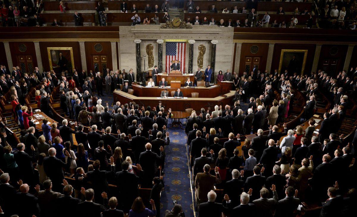 Entregan al Congreso 50 mil peticiones para proteger a compradores de autos