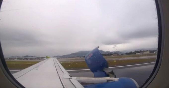 Pasajero filma cuando se desprende parte de la turbina del avión
