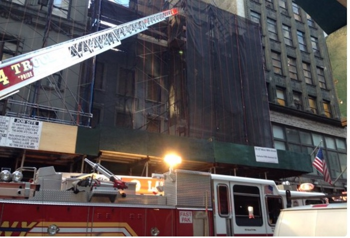 Muere hombre al colapsar parte de edificio en Manhattan
