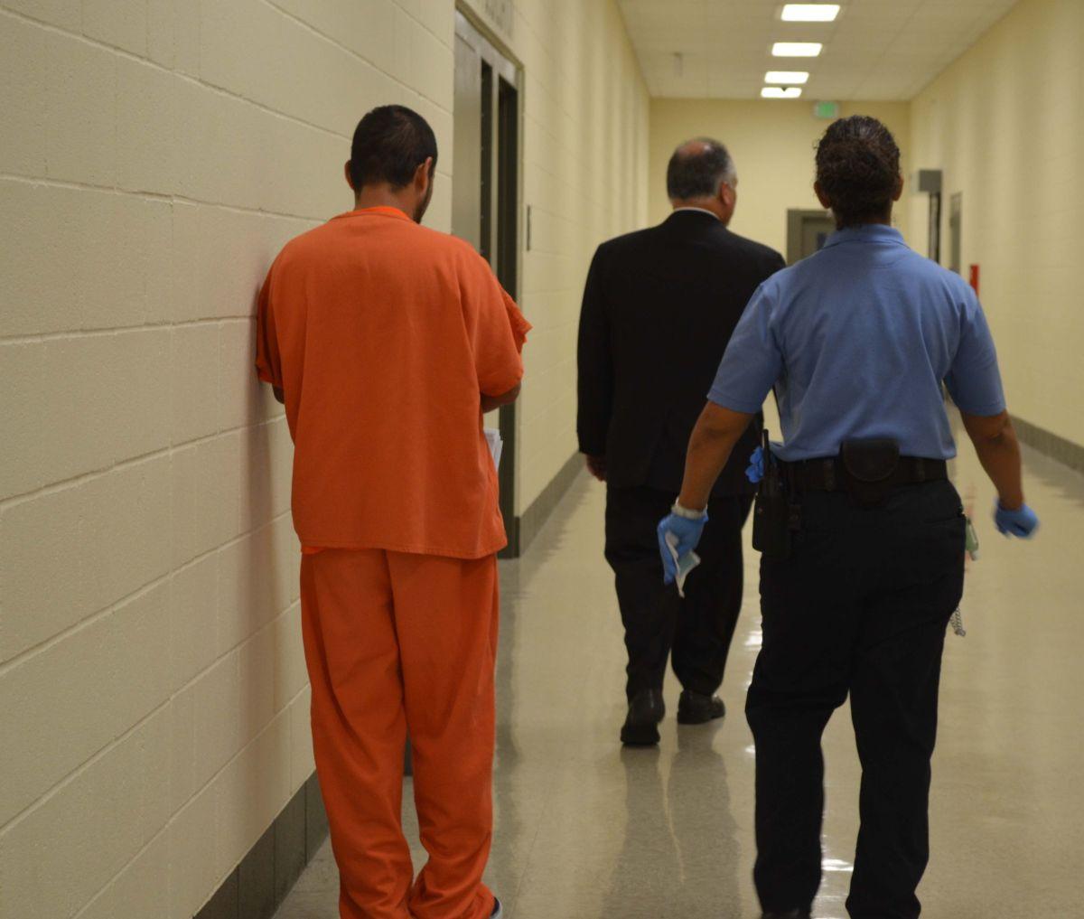 "Ante falta de reformas, acusan a ICE de ser ""cómplice"" de abusosen centros de detención"