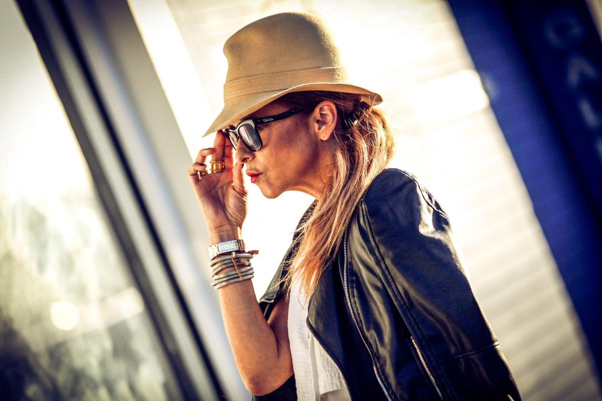 Bella y a la  moda con gafas