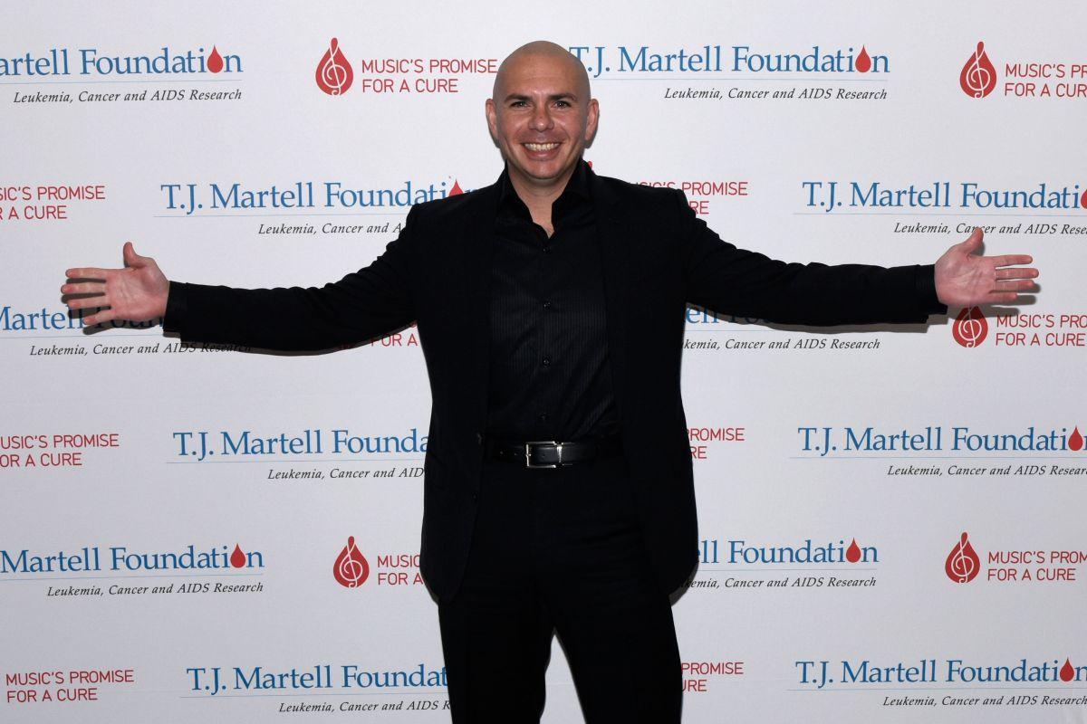 Pitbull solicita a personalidades cubanoamericanas como Jeff Bezos que apoyen a la gente en Cuba.