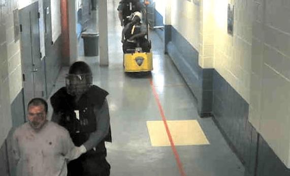 Condenan a dos guardias de Rikers que golpearon a prisionero