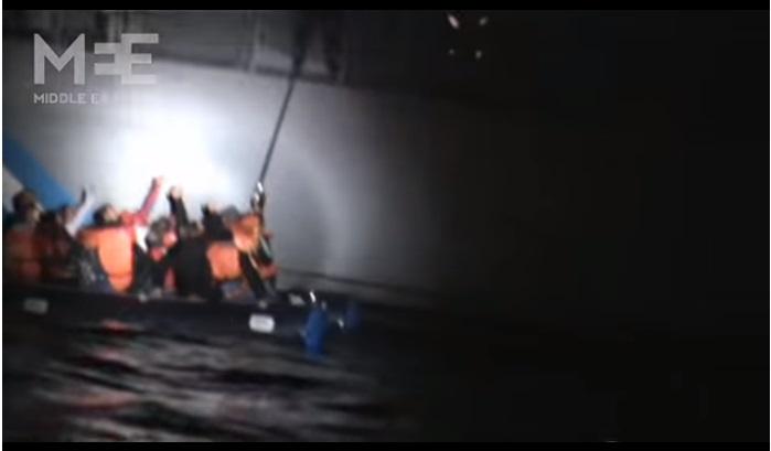 Hombre pincha balsa inflable donde viajaban migrantes sirios (VIDEO)