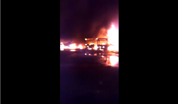 Un incendio consume 47 autobuses en Tabasco; no descartan que haya sido provocado (VIDEO)