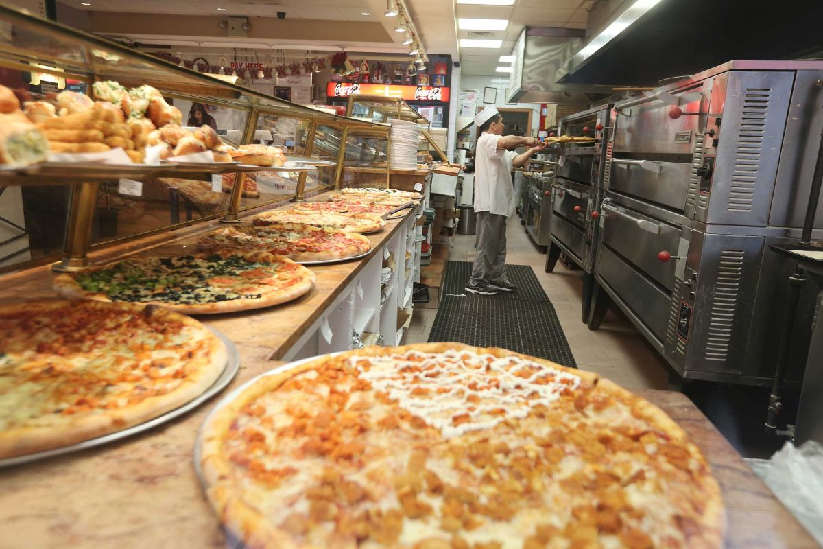 Actividad en una pizzeria. Trabjadores de Comidas rapidas recibiran un aumento del salario minimo en Nueva York. Foto Credito: Mariela Lombard / El Diario.