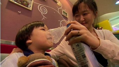 La moda de comprar aire embotellado en Pekín
