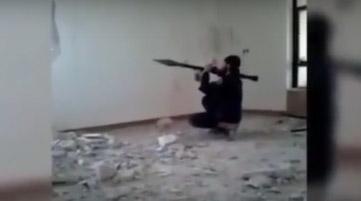 Militante de ISIS intenta lanzar proyectil y le explota en la cara (video)