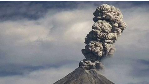 Espectaculares imágenes del volcán de Colima expulsando cenizas