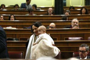 El bebé de diputada de Podemos obtiene un voto para presidir Congreso español