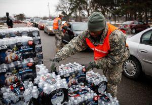 Líderes demócratas exigen renuncia de Rick Snyder por crisis de agua en Michigan