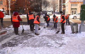 Neoyorquinos ganan dinero extra limpiando las calles después de Jonas