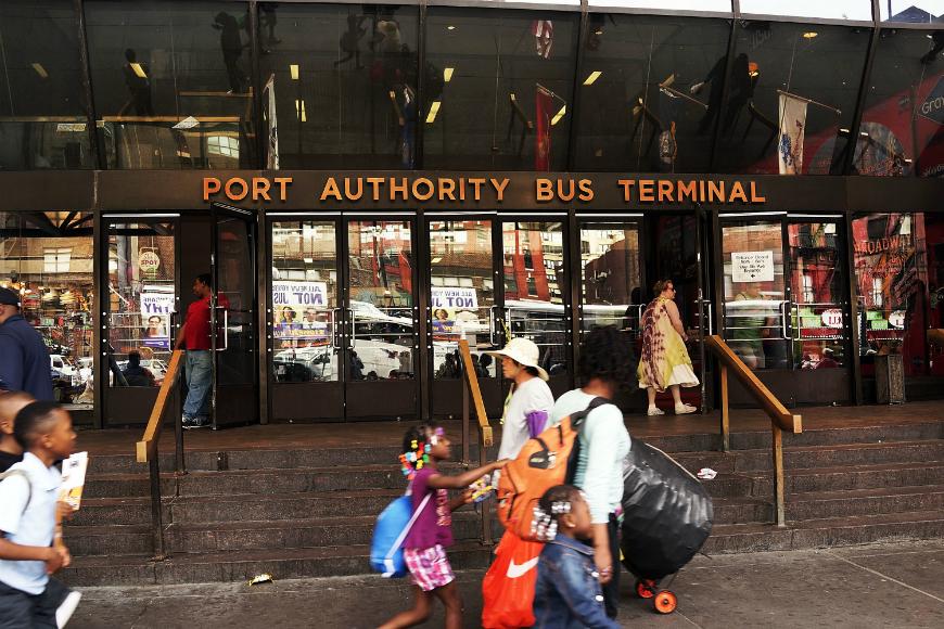 """Denuncian arrestos de hombres que """"parecen gay"""" en terminal de buses"""