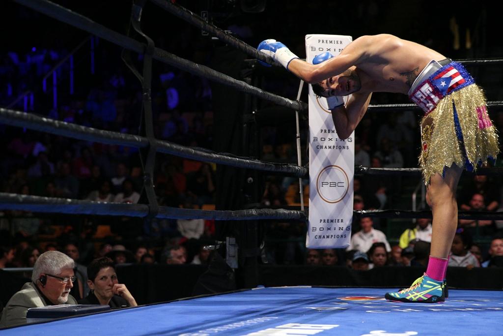 Imagen de la pelea de pesadilla. El boricua Prichard Colón se duele de golpes en la nuca sufridos en su pleito con Terrel Williams el 17 de octubre en Fairfax, Virginia.