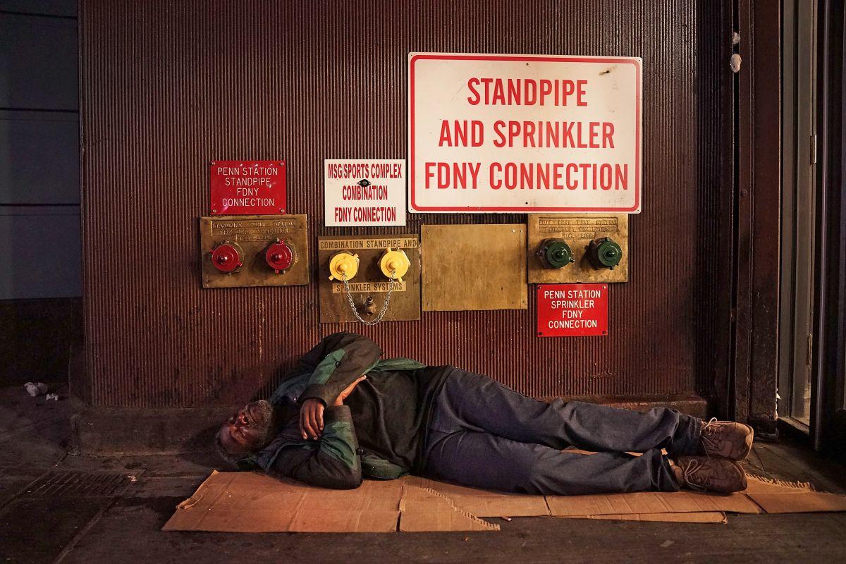 En el verano se ve a más personas sin hogar durmiendo en las calles de la ciudad.