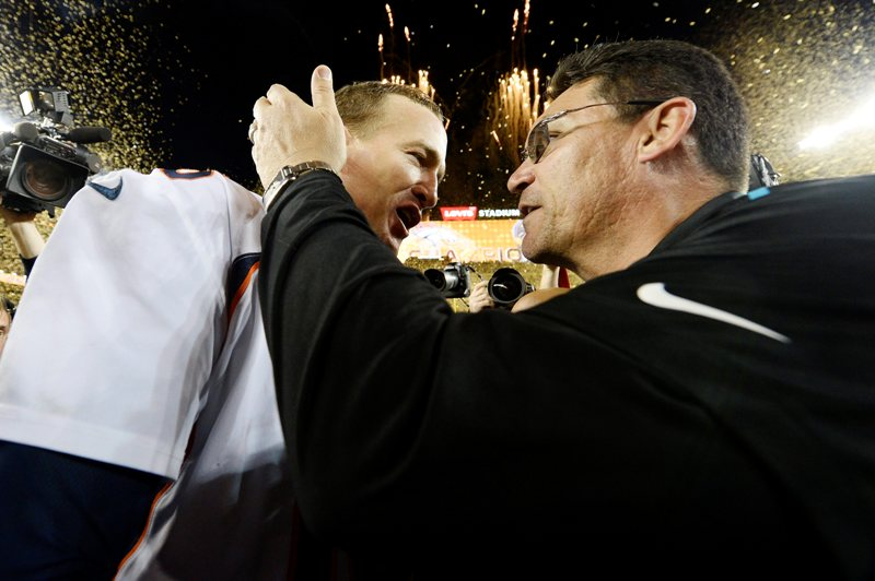Ron Rivera, coach de los Panthers, felicita a Peyton Manning tras el final del Super Bowl 50.