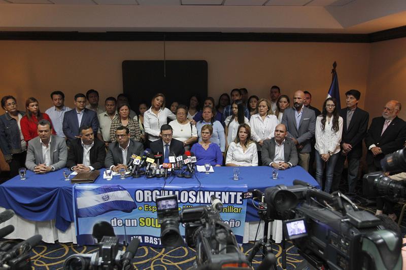 Familiares de militares salvadoreños requeridos en España por la matanza de 6 padres jesuitas ofrecen una rueda de prensa.
