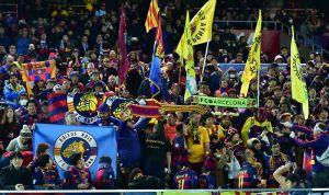 Aficionados del Barcelona protestan contra el equipo en pleno vuelo