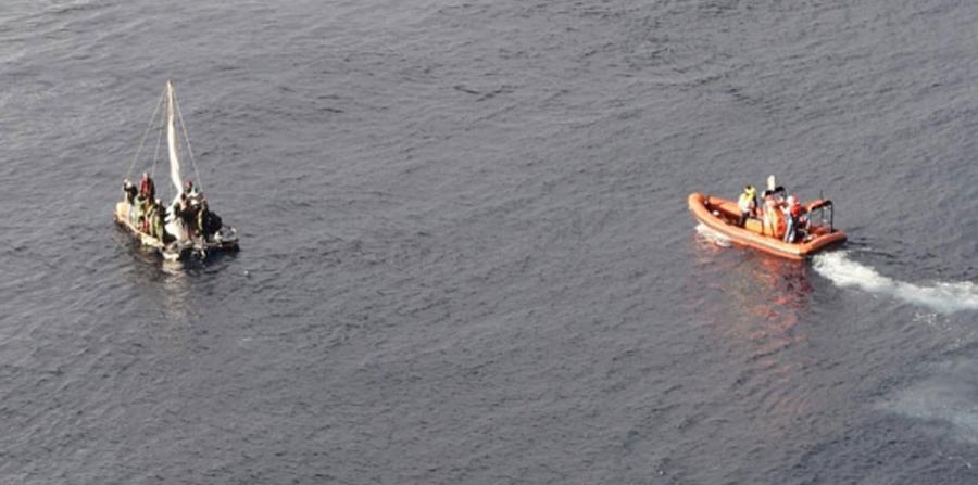 Crucero rescata a 16 cubanos en altamar