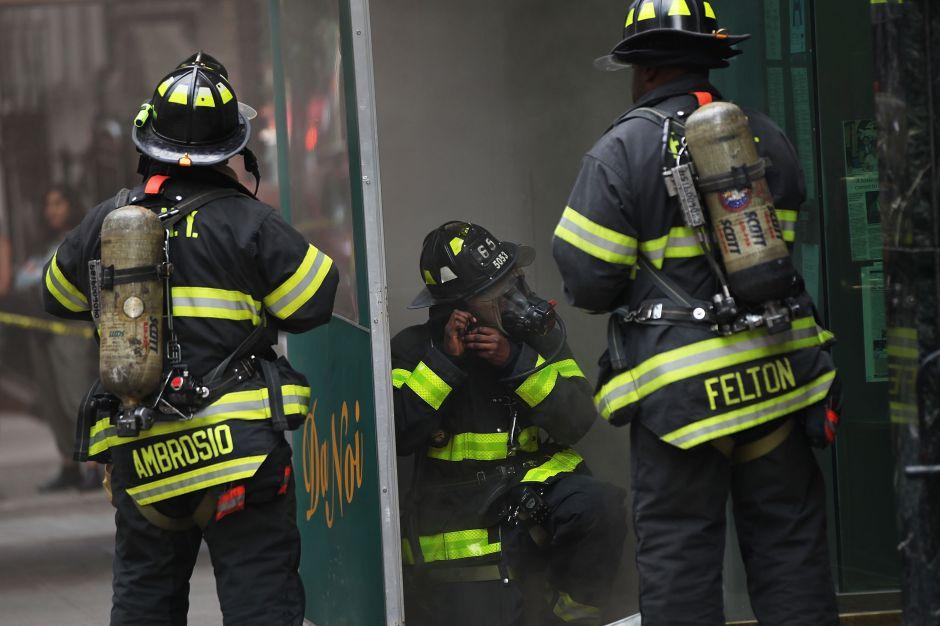 Bombero retirado muere mientras rescata a su esposa en un incendio