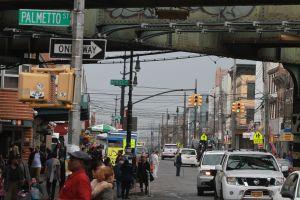 Bebé cae por la ventana y sale ileso en Queens
