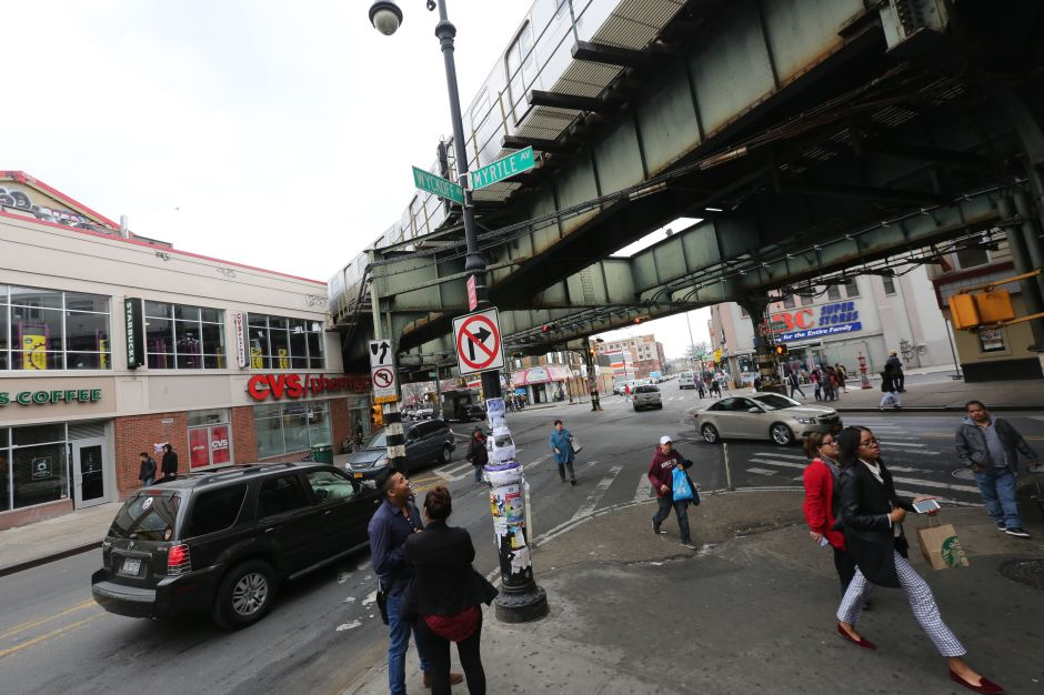 Locura sin límites: video grabó a mujer dando correazos, robando zapatos a anciana y desnudándose en calle de Nueva York