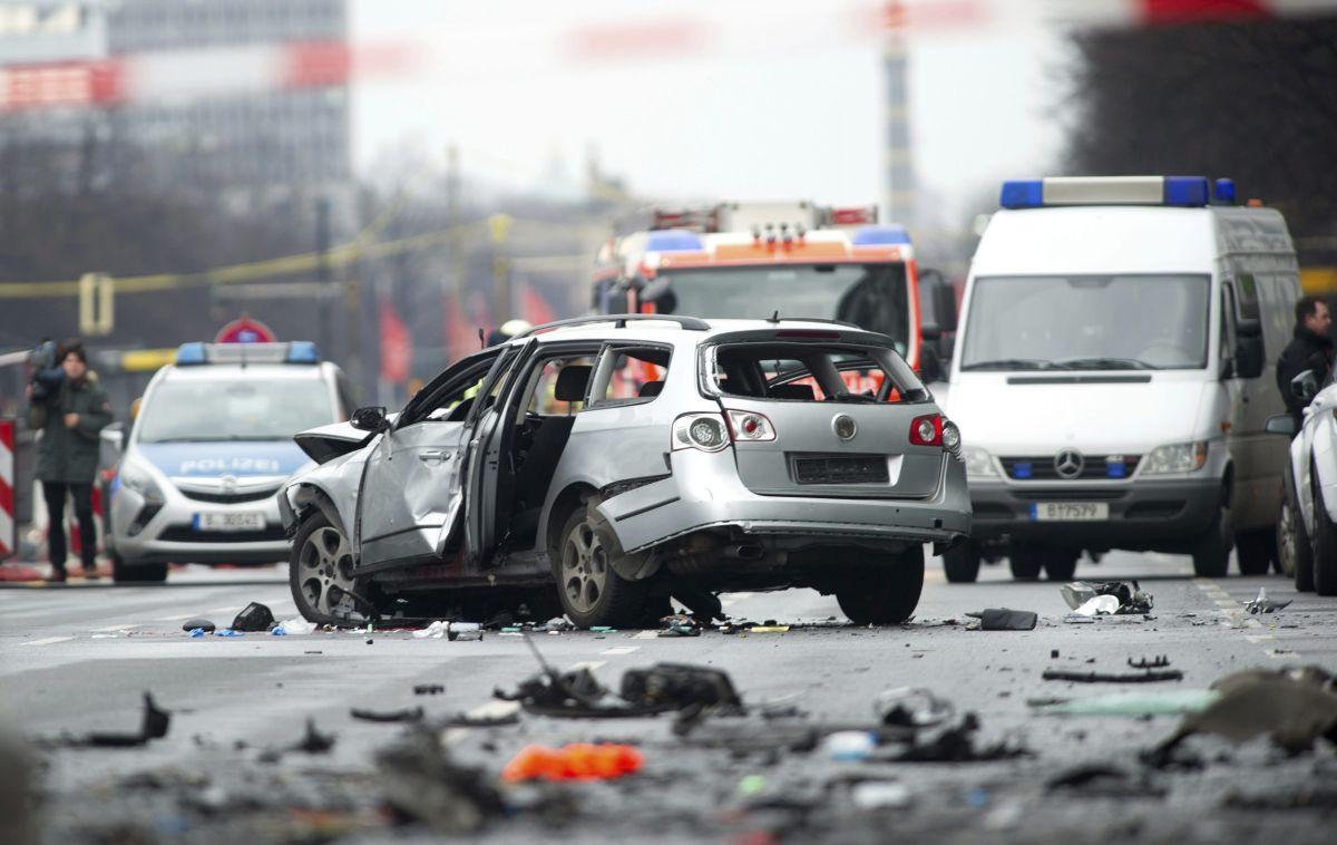 El conductor del vehículo murió durante la explosión que reventó el auto mientras circulaba con normalidad.