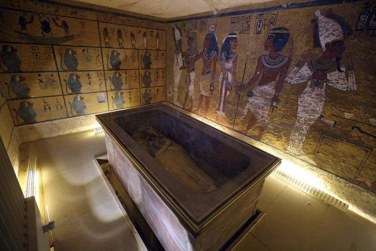 Interior de la cámara funeraria de Tutankamón, en el Valle de los Reyes de Luxor (Egipto).