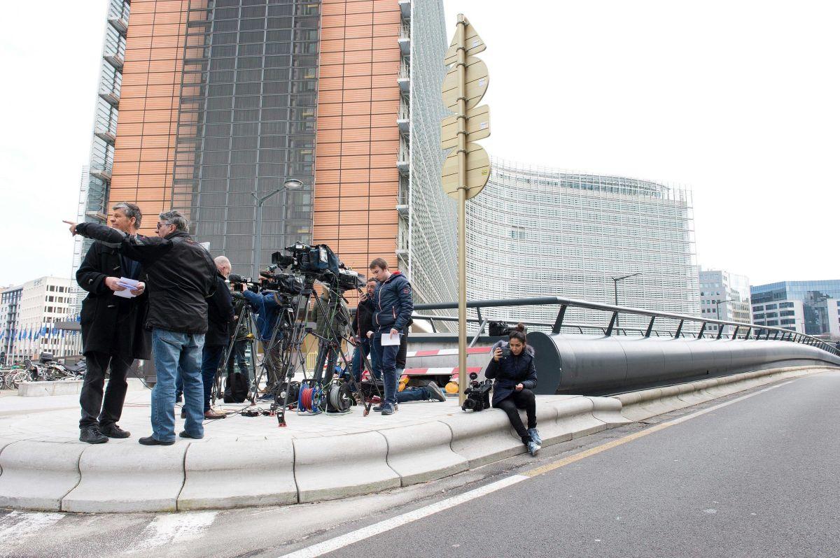 Medios de comunicación en los alrededores de la sede de la Comisión Europea en Bruselas (Bélgica).