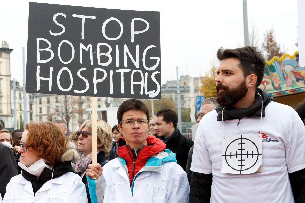 Miembros de Médicos sin Fronteras (MSF) se manifiestan contra el bombardeo del hospital de Kunduz, Afganistán perpetrado por Estados Unidos el pasado 3 de octubre.