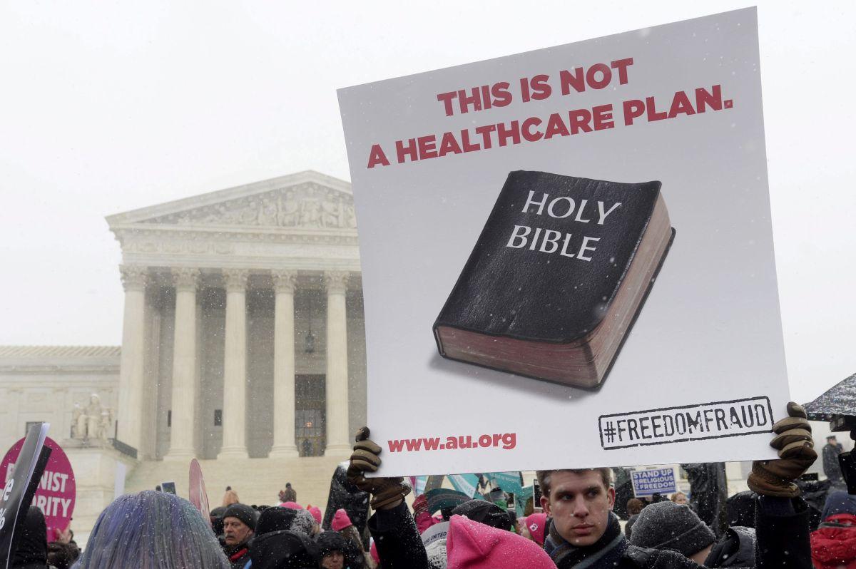 Activistas apoyan el acceso de las mujeres a los anticonceptivos a las puertas del Tribunal Supremo en Washington.