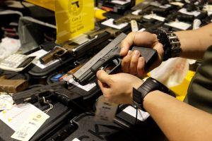 Arizona: Autoridades desmantelan red de tráfico de armas a México