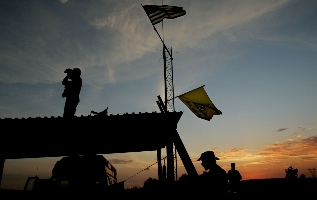 Voluntarios de los Minutemen patrullan la frontera en California, 4 de agosto de 2005.