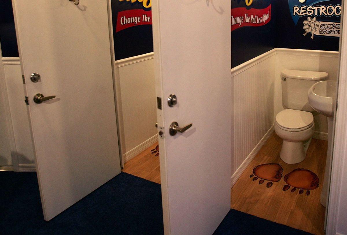 El nuevo reglamento se aplica a todos los baños de los edificios de propiedad municipal.